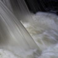 Caída de agua en una esclusa del Manzanares